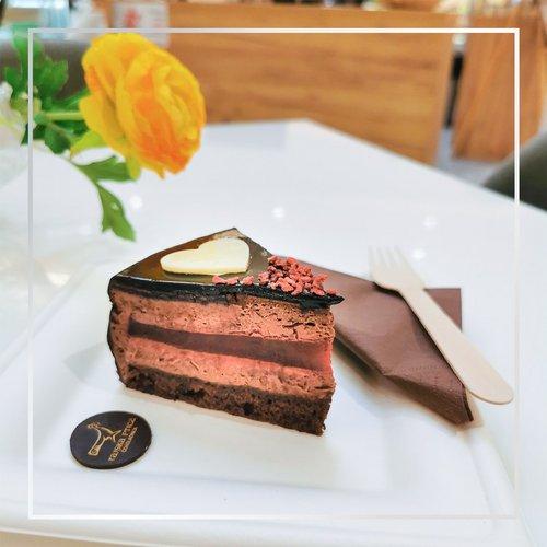 Košček čokoladne torte na dan, odžene slabo voljo stran! 😄 🎂 Koga boš povabila, da se ti pridruži? Označi prijatelja ali...